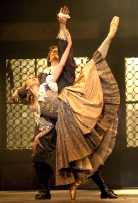 Elisha Willis en Roxane et Robert Parker en Cyrano. Photo: © Roy Smiljanic